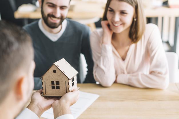 agente imobiliario mostrando a casa de brinquedo para casal 23 214779 - SAIBA TUDO sobre Financiamento Imobiliário na Caixa Econômica Federal